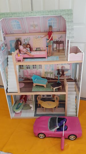 Barbie Hause and car withd dolls for Sale in Hialeah Gardens, FL