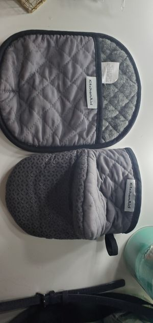 kitchen aid oven mitts grey for Sale in Gresham, OR