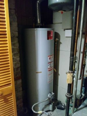 Hot water heater. 50 gallon state select for Sale in Newton, MA