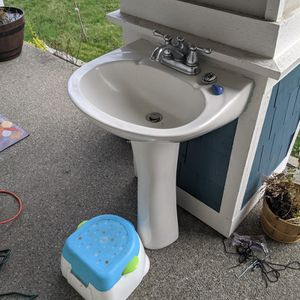 Free Pedestal Sink. for Sale in Olympia, WA