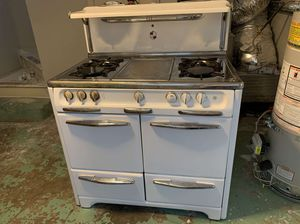 1951 Wedgewood Antique gas stove, in white porcelain exterior with stainless steel handles and stove top, white knobs, and salt and pepper shaker for Sale in Piedmont, CA
