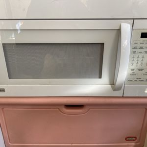 Over The Stove Full Sized Microwave In Good Condition for Sale in Camden, SC