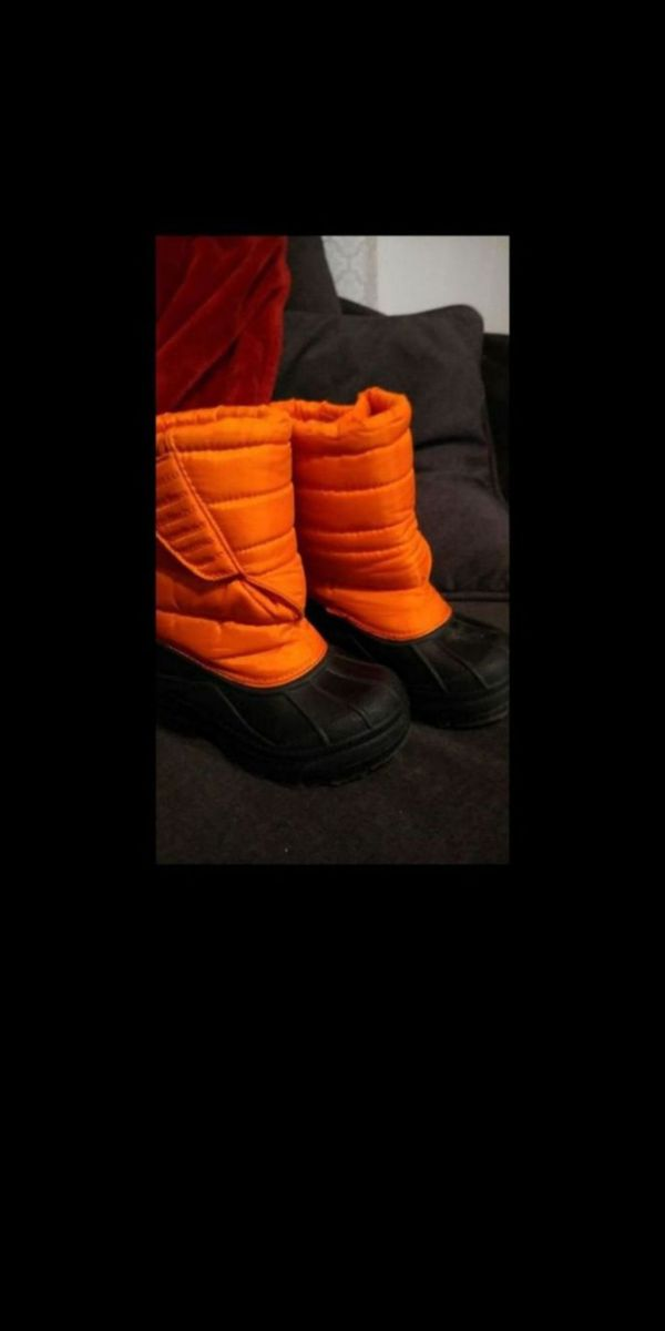 Kids snow / rain boots sz 10, only wore once before growing out of them.