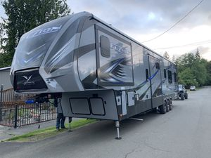 2018 Fuzion X Edition Toy Hauler 43ft-2bath-3slides -big garage 13.5ft with party deck pkg for Sale in Vancouver, WA