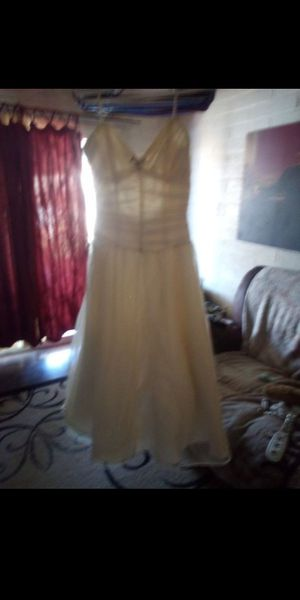 BEAUTIFUL WHITE DRESS WEDDING/PROM $50 FIRM tried on once must pick up not sure the size (no tag) small to medium ml for Sale in Phoenix, AZ