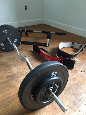 Curl bar with belt for Sale in Upper Marlboro, MD