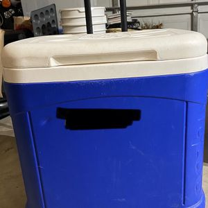 IGLOO ICE CUBE COOLER ON WHEELS for Sale in Puyallup, WA