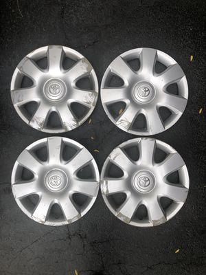 """FREE. 15"""" steel wheels and hubcaps from 2004 Camry for Sale in Carol Stream, IL"""