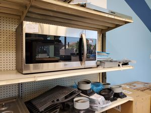 Samsung OTR Microwave for Sale in Los Angeles, CA