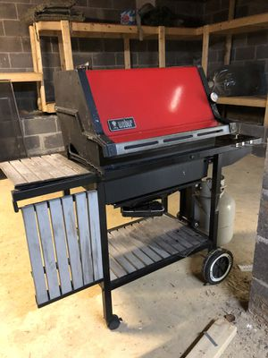 WEBER GRILL - FOR PARTS - NEEDS TO BE FIXED for Sale in Pigeon Forge, TN