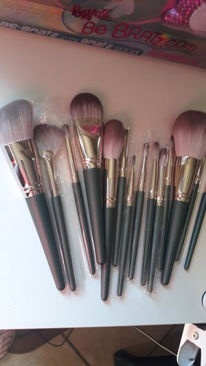 Makeup brush set for Sale in Bell Gardens, CA