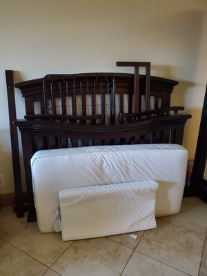 Baby Crib with mattress, changing table pad and toddler rail for Sale in Fort Lauderdale, FL