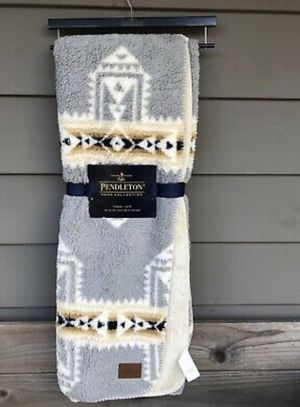 PENDELTON Sherpa Fleece Throw Blanket BRAND NEW Aztec Southwest design for Sale in Melrose Park, IL