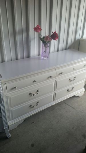 BEAUTIFUL WHITE DRESSER 6 DRAWERS ALL DRAWERS SLIDING SMOOTHLY for Sale in Fairfax, VA