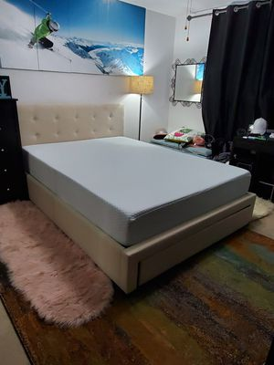 Beautiful queen platform bed frame with memory foam mattress for Sale in Shoreline, WA