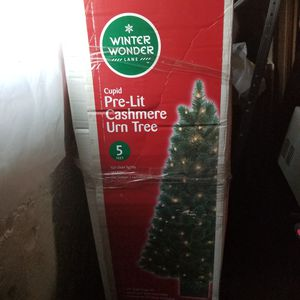 Prelit cashmire urn tree(5 ft tall) for Sale in Elmira, NY