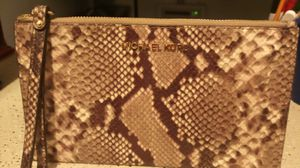 Michael kors wristlet large in great condition brand new for Sale in San Antonio, TX