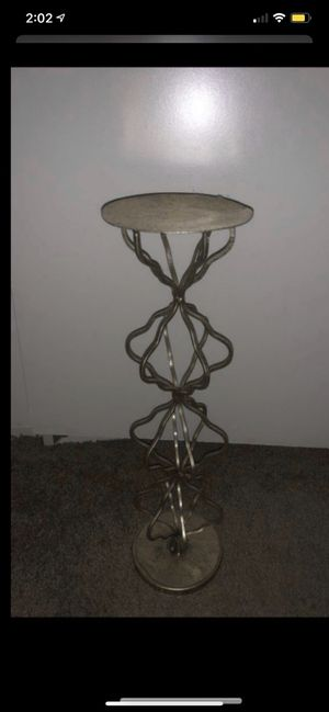 Just have 1 tall gold candle holder if u don't like the color u can always paint it a different color for Sale in Colton, CA