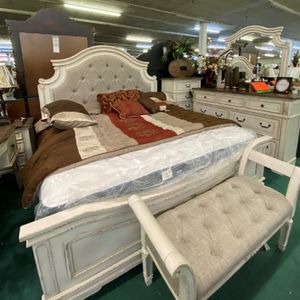 Realyn Chipped White Panel Bedroom Set for Sale in Silver Spring, MD