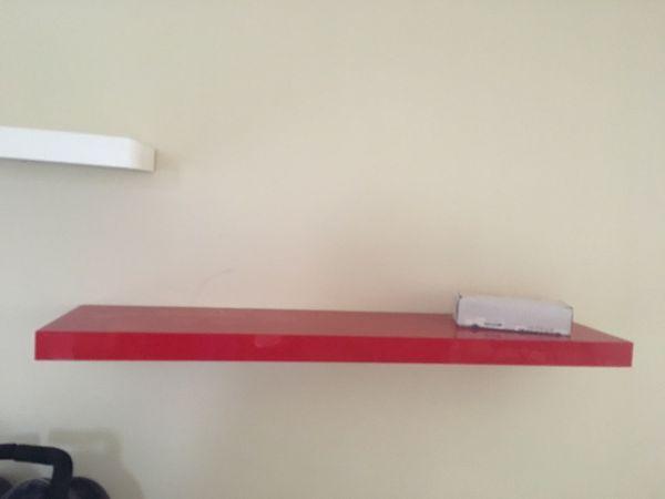 Dos estánd de pared perfectas no rayadas en buen estado