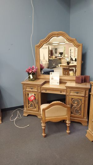 Makeup vanity for Sale in Libertyville, IL