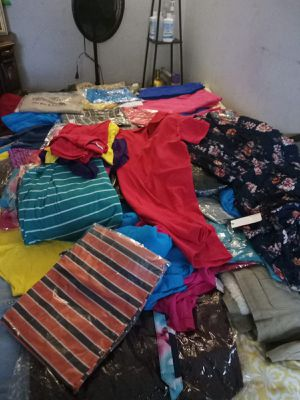 Tengo como 300 piesas deropa nueba toda puede benir aberla ase oferta chores camisas sentro pantalones faldas for Sale in Los Angeles, CA