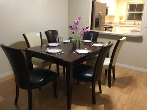 Rooms to go dining set with six chairs, built in hidden expandable leaf for Sale in Sarasota, FL