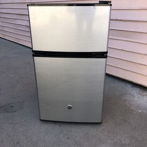 GE Mini Fridge for Sale in Los Angeles, CA