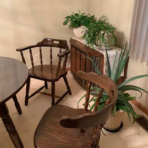Dining table and 6 chairs 2 are captain chairs for Sale in Hammonton, NJ