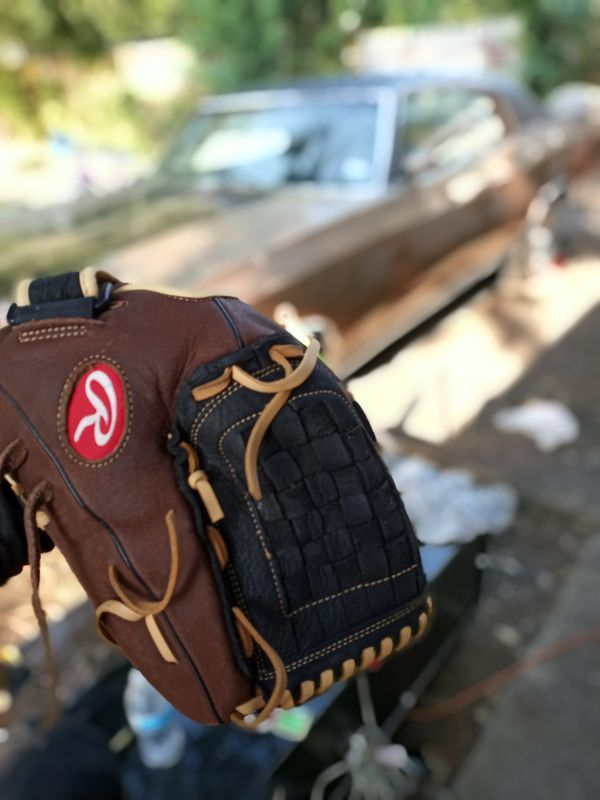 Rawlings left hand throw baseball glove