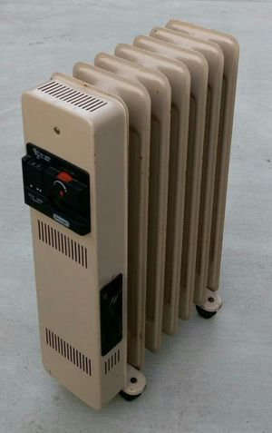 Delonghi 1500W oil-filled 7-fin electric radiator room space heater for Sale in San Mateo, CA
