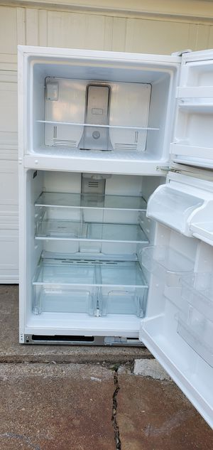 whirlpool top-freezer white refrigerator. for Sale in Fort Worth, TX