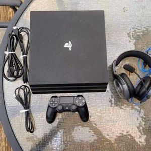 PS4 PRO 1TB + HEADSET for Sale in Bell Gardens, CA