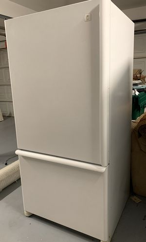 "White Maytag 33"" 22 cu. ft. Refrigerator for Sale in Redlands, CA"