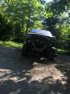 96 grand Jeep CHEROKEE one foot lift with. Quick disconnect sway bars and 33 inch tiresI have a snorkel that needs to be installed and the metal bump for Sale in Wharton, NJ