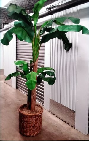 "7' 1/2"" Artificial Banana Tree Bottom basket measurements: 17""L x 17""W x 16""H for Sale in Honolulu, HI"