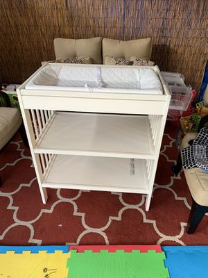 I les changing table, with changing pad and diaper organizer. for Sale in San Jose, CA
