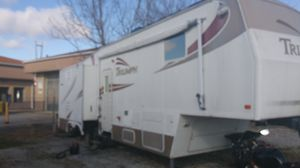 Very nice 33 5Z Triumph 5th wheel camper very nice for Sale in Mitchell, IL