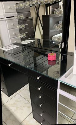 Impressions Vanity with Hollywood mirror. Price firm for Sale in La Verne,  CA