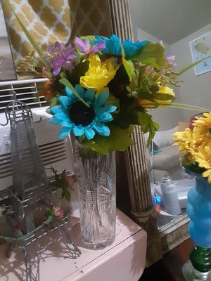 Glass vase & flowers $ 18.00 cash only (serious buyers) for Sale in Dallas, TX