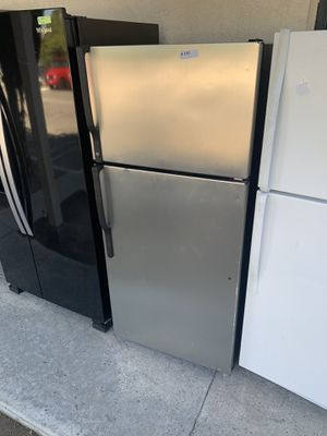 GE STAINLESS STEEL TOP FREEZER REFRIGERATOR for Sale in Los Angeles, CA