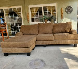 Sectional Sofa With Reversible Chaise •Free delivery for Sale in Las Vegas, NV