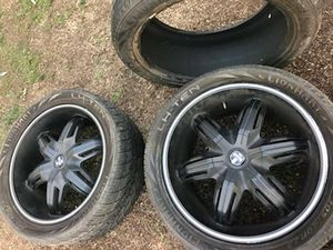 305/40/R22 tires and rims one rim is missing a cap for Sale in Fresno, CA