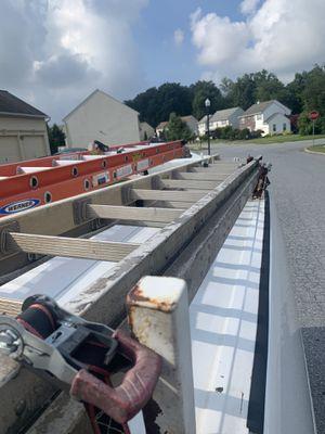 28ft Ladder w/ Straps for Sale in Burlington, NJ