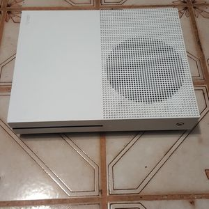 Used Xbox One S White With One Game Minicraft No Controller I Have Everything Else for Sale in Fort Lauderdale, FL