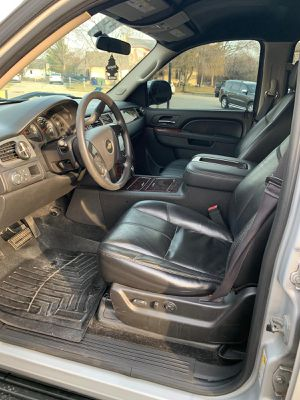 """Chevy Tahoe 2013 title clean 150xxx miles lather rims 26"""" Lowering 2"""" front and 3"""" back for Sale in Columbus, OH"""
