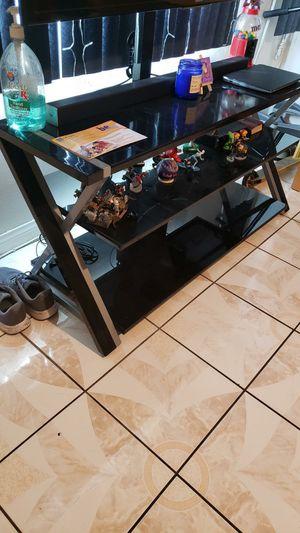 Vendo mesa con brake para tv for Sale in Los Angeles, CA