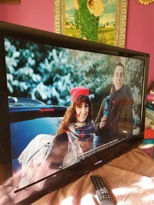 """TOSHIBA TV 40""""INCH TRABAJA BIEN TIENE SU CONTROL ORIGINAL HDMI PORTS TODO FUNSIONA BIEN NO TIENE STAND NO SMART TV for Sale in Santa Ana, CA"""