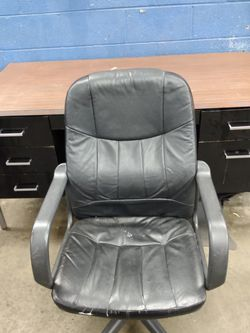 Desk + Chair for Sale in Maple Heights,  OH