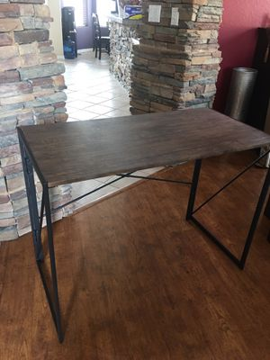 """Desk brand new / desk table sleek modern look ( small damage in the corner from shipping , see picture) 39""""wide x20""""deep And 29"""" tall for Sale in Glendale, AZ"""